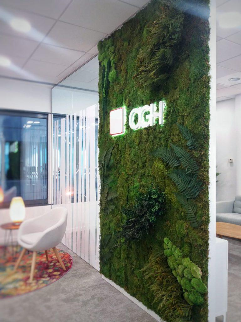 Jardín vertical con logotipo